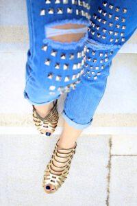 Op zoek naar een paar stoere laarzen? Zoek niet verder, de Panama Jack damesschoenen zijn wat je nodig hebt. Deze schoenen zijn bestand tegen weer en wind en zijn erg comfortabel om mee te lopen. Deze robuuste laarzen zijn sterk, maar daarnaast zien ze er ook erg leuk uit. Er zijn veel verschillende soorten te verkrijgen. Ben je op zoek naar stevige stappers om in te wandelen? Of ben je juist op zoek naar een vrouwelijk laarsje met een hak voor onder een jurkje? Onder jeans staan deze laarzen ook erg goed. Met een riempje aan de zijkant of (faux)bont aan de bovenkant, er is voor ieder wat wils! Stoere schoenen voor iedere gelegenheid Panama Jack damesschoenen komen oorspronkelijk uit Spanje, maar gelukkig worden ze nu ook in Nederland gemaakt waardoor wij hier ook van deze geweldige schoenen kunnen genieten. Ben je aan het voorbereiden op de zomer en wil je sandalen aanschaffen? Naast stoere boots zijn er ook sandalen te verkrijgen. En geen saaie oubollige sandalen, maar stoer en zelfs classy! Ze zijn met sleehak en gouden accenten te verkrijgen. Naast dat ze er prachtig uitzien, zijn ze ook erg comfortabel. Bestel nu Panama Jack damesschoenen om je outfit helemaal af te maken.